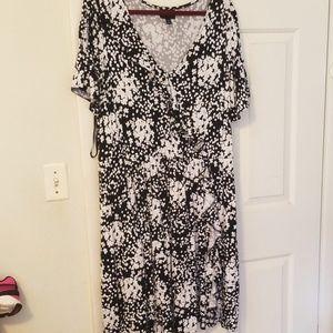 Black/white faux wrap dress